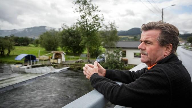 Øystein Skaala er prosjektleiar for feltstasjonen i Etneelva. Ei fiskefelle lar forskarane skilje ut rømt oppdrettslaks og ta prøver av villaks og sjøaure.