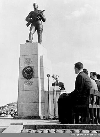 Fra avdukingen av Frigjøringsmonumentet i Kirkenes 8. juni 1952.