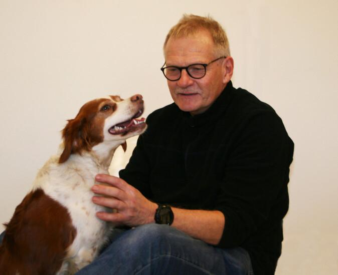 Professor Øystein Ahlstrøm velger å gi hundefôr med animalsk protein til hunden Juli, som er en aktiv jakthund av rasen Breton.