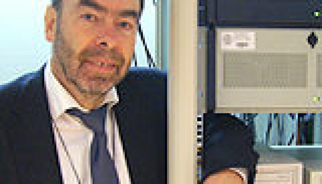 """""""Knut Holmqvist med datamaskiner som kjører virtuelle maskiner, en av flere måter å bevare data for framtida på."""""""