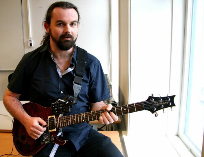 På gitaren har trond Engum montert to fjernkontroller som gjør at han kan spille gitar samtidig som han styrer et digitalt lydstudio. (Foto: Anne Sliper Midling)