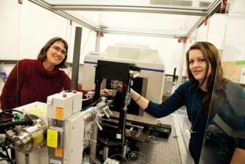 Professor Ute Krengel og stipendiat Julie Heggelund bruker en liten røntgenmaskin på Kjemisk institutt for å finne molekylstrukturen i koleratoksinet. (Foto: Yngve Vogt)