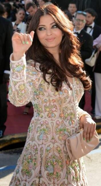 Den kjente indiske skuespilleren Aishwarya Rai på filmfestival i Cannes, i år. Kjolen er signert designerne Abu Jani and Sandeep Khosla, men vi kan regne med at det broderte stoffet er laget av folk mye lenger unna den røde løperen. (Foto: Georges Biard, Wikimedia Commons)