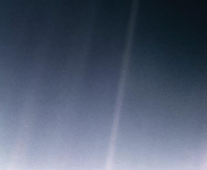 """Dette portrettet av jorden tok Voyager 1 før kameraet ble slått av i 1990. Bildet blir kalt <span class=""""italic"""" data-lab-italic_desktop=""""italic"""">«The pale blue dot»</span>. Jordkloden er den lille prikken i en av solas stråler."""