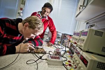 Ingeniørane Yngve Skogseide og Linga Reddy Cenkermaddi arbeider med ein komponent i detektoren. (Foto: Eivind Senneset/UiB)
