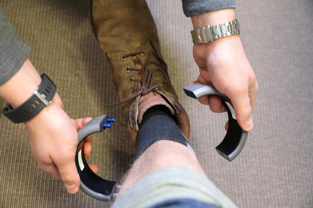 Omvendt voldsalarm innebærer at den voldsdømte må bære en elektronisk fotlenke som utløser en alarm hos politiets operasjonssentral dersom hen bryter forbudssonen.
