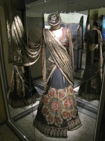 En eksklusiv kjole signert den populære designeren Sabyasachi Mukherjee. Designen er et eksempel på bruk av gamle, fyrstelige klestradisjoner i moderne mote for de rike. (Foto: Marianne Nordahl)