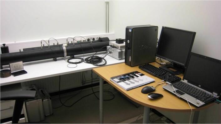 Testing av lydisolasjon på akustikklaben. Materialets evne til støyreduksjon måles i et rør der prøven ligger i midten og lydnivåer på begge sider av prøven måles og sammenlignes. (Foto: HiØ)
