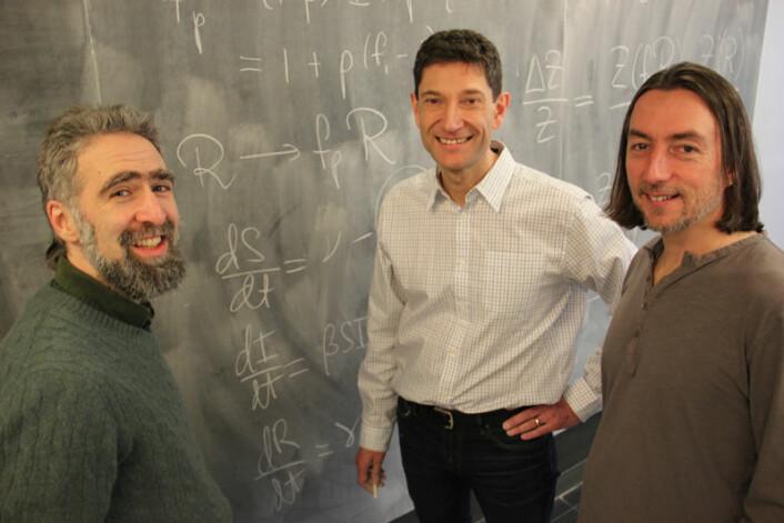 Kollegaer Ben Bolker, David Earn og Paul Andrews foran noen av beregningene. (Foto: McMaster University)