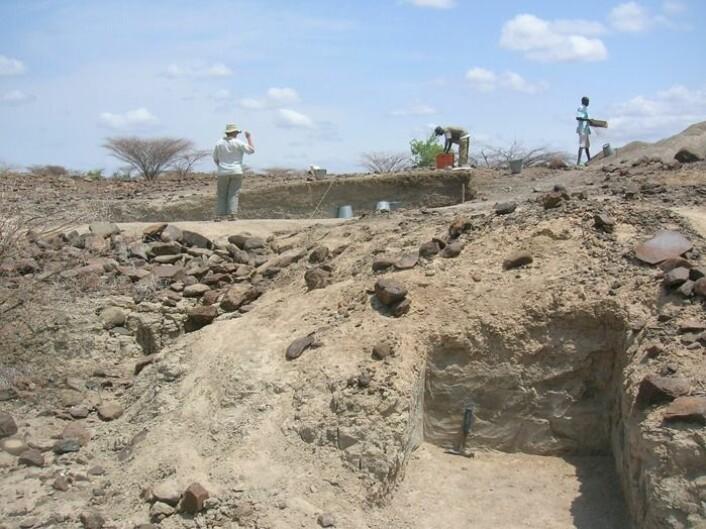 Helene Roche (til venstre) ledet de arkeologiske utgravingene i de vestre Turkana. (Foto: Rhonda L. Quinn)