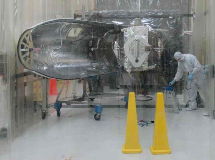 Irisi renrom et par uker før oppskytning. Her ser vi rett inn til instrumentene. Foran ser man døren inn til teleskopet, solcellepanelene ligger foldet inn mot teleskoprøret og blir først slått ut når satellitten er i bane. (Foto: VIggo Hansteen/ITA)