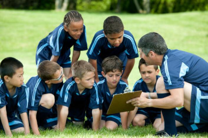 Det er lettere å finne seg til rette i et idrettslag hvis treneren sørger for å lytte til spillerne, og hvis det handler om å lære og bli bedre i stedet for å tape og vinne. (Foto: iStockphoto)