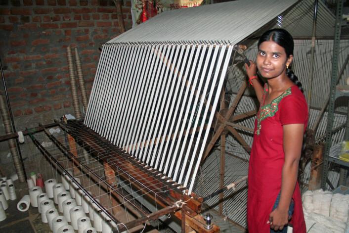 Kvinne i tekstilverkstedet i Pochampally village utenfor Hyderabad i India, der man bruker tradisjonelle teknikker for veving. Veveriet er ikke blant håndverkstedene som Thereza Kuldova besøkte. (Foto: Asle Rønning)