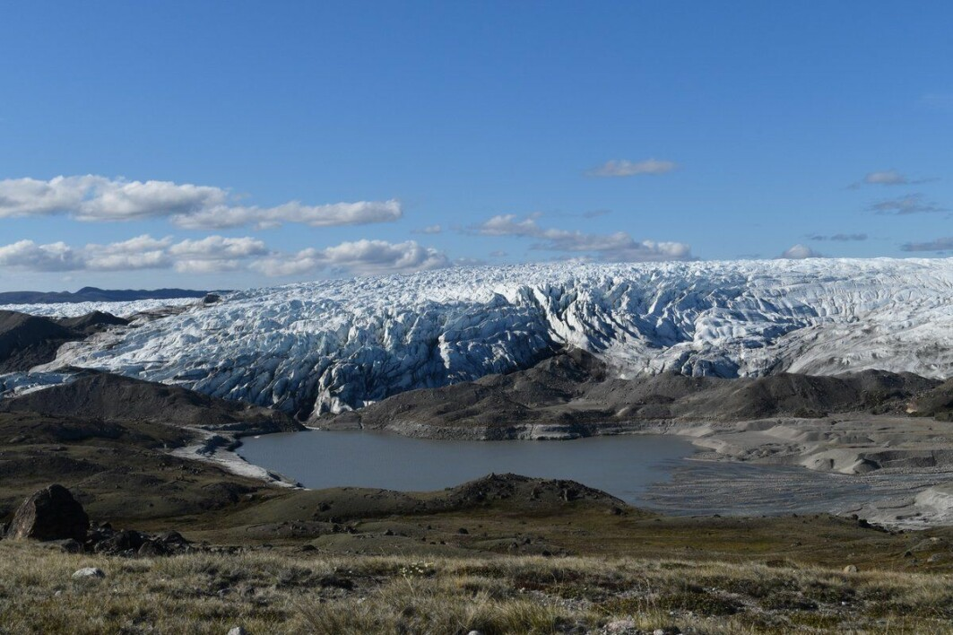 Det er første gang forskere oppdager denne nye typen «fossil sjøbunn» – ikke bare på Grønland, men noe sted i verden. På bildet er en nydannet sjø ved kanten av den grønlandske innlandsis som avslører sedimenter som tidligere lå begravet under isen.
