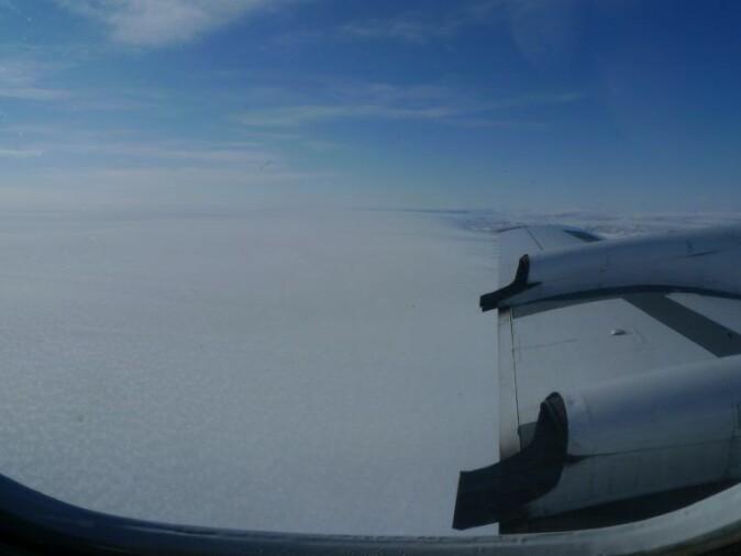 Den isdekkede overflaten av den nyoppdagede sjøen sett fra vinduet på et P3-fly med instrumenter som kan oppdage de geologiske mysteriene under innlandsisen.