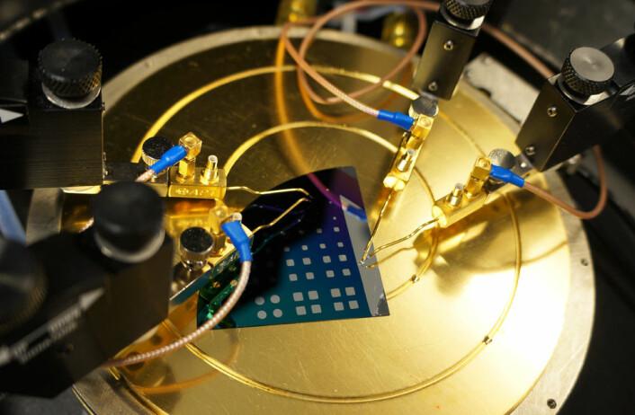 Elektriske målinger er en viktig del av arbeidet med å utvikle metallhydrider som solcellematerialer. Her måles det på en struktur av flere ulike lag deponert på et silisium-substrat. (Foto: Arnfinn Christensen)