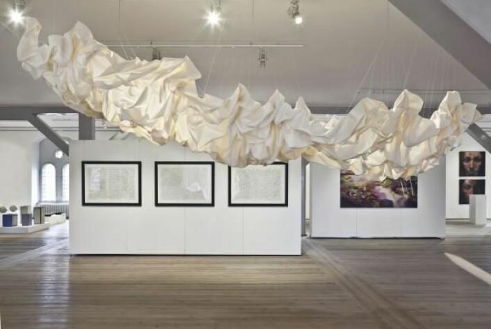 Denne «stoffskyen», med navnet Nimbo, er blant Cecilie Bendixens forslag til bruk av tekstiler til å redusere støy uten å ødelegge en moderne stil. Foldene fanger inn lyder, slik at de ikke blir kastet rundt i rommet. (Foto: Ole Akhøj)
