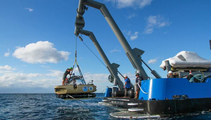 Forskningsskipet Baseline Explorer setter ut sin miniubåt for å undersøke vrakene, flere hundre meter under havet.