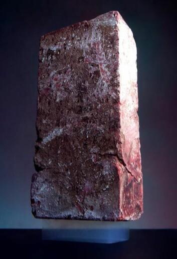 Aerogel bærer vekten av en murstein. (Foto: NASA)