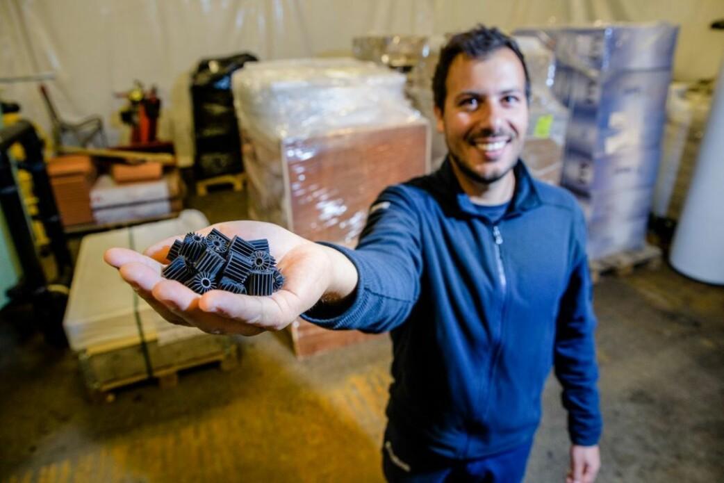 Forsker Vasco Mota viser fram biofiltrene, som er ekstremt viktige i anlegg der resirkulert vann må renses.