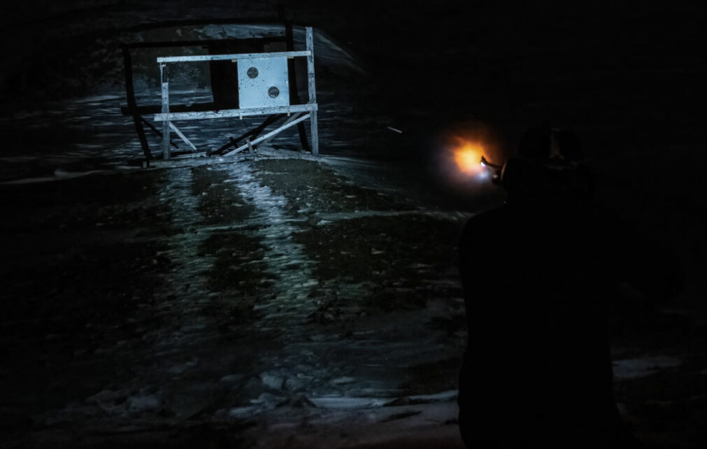 Isbjørn kan dukke opp i Ny-Ålesund og det er viktig å vedlikeholde ferdighetene med rifle og signalpistol gjennom hele året, for å beskytte seg. I praksis er det vanskelig å skyte med rifle i mørket, kun med bruk av en hodelykt. Dette bildet er tatt på skytebanen for å teste lyktfestet direkte på rifle. I bildet er kula «fanget» som en strek.