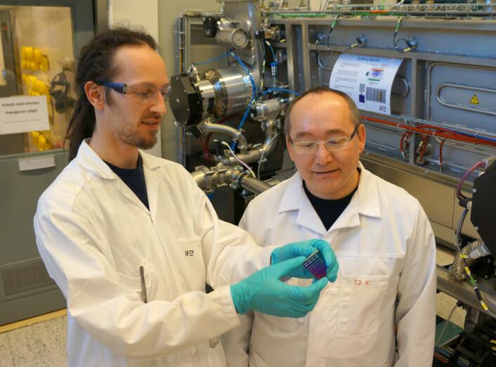 I solcellelaboratoriet ved IFE er det installert det nyeste utstyret for produksjon av silisiumbaserte solceller, noe som gjør laboratoriet unikt i nordisk sammenheng. Trygve Mongstad (tv.) og Smagul Karazhanov med en brikke pådampet det mulige nye solcellematerialet metallhydrid. (Foto: Arnfinn Christensen)