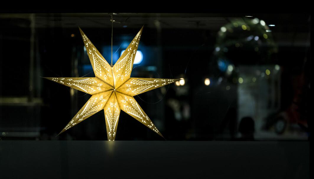 Lykkeforsker Ragnhild Bang Nes i Folkehelseinstituttet oppfordrer folk til å henge opp julelysene allerede nå.