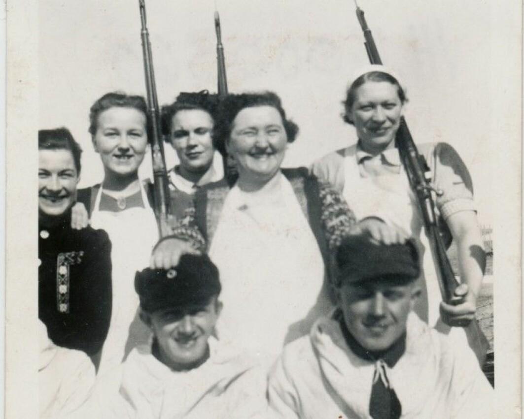 En gruppe lotter og det sivile vern i Vardø i 1939. Lottene var medlemmer av den frivillige militære kvinneorganisasjonen Norges Lotteforbund (NLF) og gjorde en viktig innsats under 2. verdenskrig. Foran fra venstre: Anton Sætrum, Gunvald Halvorsen. Bak fra venstre: Evelyn Holt, Aud Berg, Mary Gabrielsen, Ida Richardsen, Laila Josefsen.
