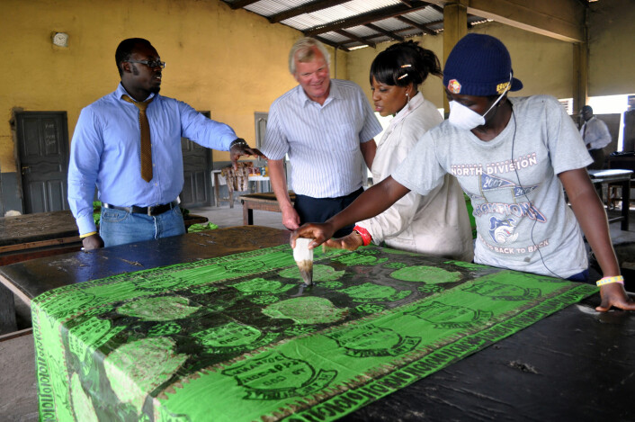 Også teko-bedrifter deltar i det norske bistandsprosjektet i Ghana. Prosjektleder Håkon Hynne (nummer to fra venstre) følger ivrig med mens en lærling får opplæring som tekstilarbeider i industribyen Tema. Foto: SINTEF / Svein Tønseth