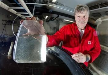 Prøveglasset inneholder ørsmå hoppekreps, som seniorforsker Jan Ove Evjemo og kollegene hans dyrker for fiskeyngel. Dyrkingsteknologien er selve nøkkelen som har gjort det mulig å ale opp velutviklet tunfisk-yngel. (Foto: SINTEF / Thor Nielsen)
