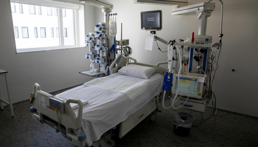 En av mange sengeposter for intensivbehandling ved Sykehuset Østfold Kalnes. Med dagens smittesituasjon vil Norge ha nok respiratorplasser til å håndtere smittetoppen, ifølge en ny beregning fra FHI.