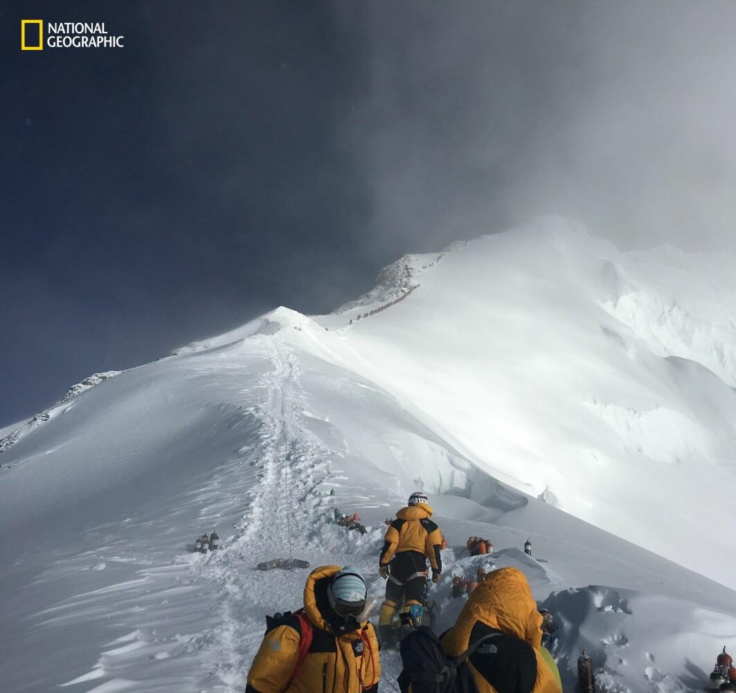 Nesten oppe! Bildet er tatt fra området som heter Balkongen, bare 440 meter fra toppen av Mount Everest. Langs stien i bakgrunnen ligger brukte oksygenflasker og annet utstyr som folk har satt igjen.