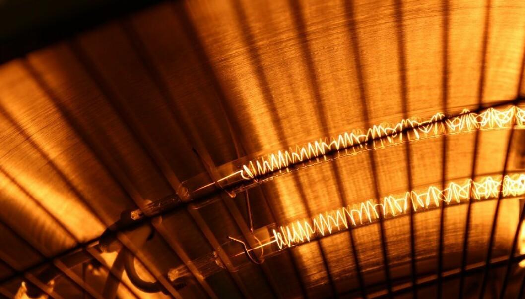 Å sitte under en varmelampe er skikkelig behagelig på en kjølig dag. Men med en tradisjonell varmelampe fyrer man litt for kråkene. Britisk forsker kommer med noen forslag til mer klimavennlige måter å holde seg varm på.