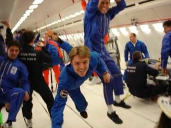 Danail Obreschkow, i midten av bildet, trives godt i vektløs tilstand. Forskningen hans krever at han gjennomfører forsøk under ville parabelflyvninger. (Foto: Phillipe Kobel)