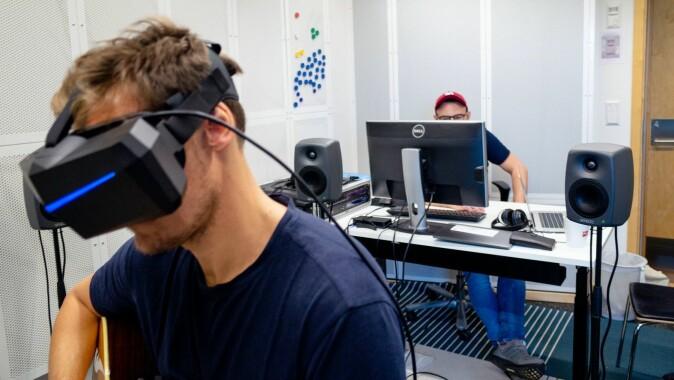 Musikkpedagog og cellist Johannes Lunde Hatfield startet arbeidet med VR-laben i 2017. Så langt har studenter kun testet audiobiten av det virtuelle øvingsverktøyet.