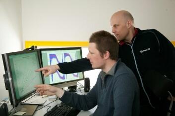 Forsker Ivar Eskerud Smith (til venstre) og prosjektleder Christian Brekken diskuterer resultater fra måleprosjektet. (Foto: Gry Karin Stimo/Sintef)