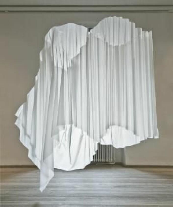 Designforslaget «Brytning» viser hvordan folder i stoffene gjør at det arkitektoniske uttrykket i tekstilen ikke virker som en vegg. (Foto: Ole Akhøj)