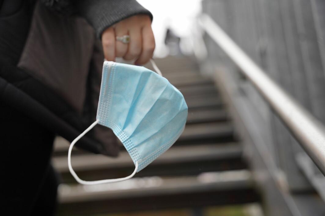 I august 2020 fikk danskene beskjed om å bruke munnbind på offentlig transport. Siden har det også kommet krav om munnbind i butikker.