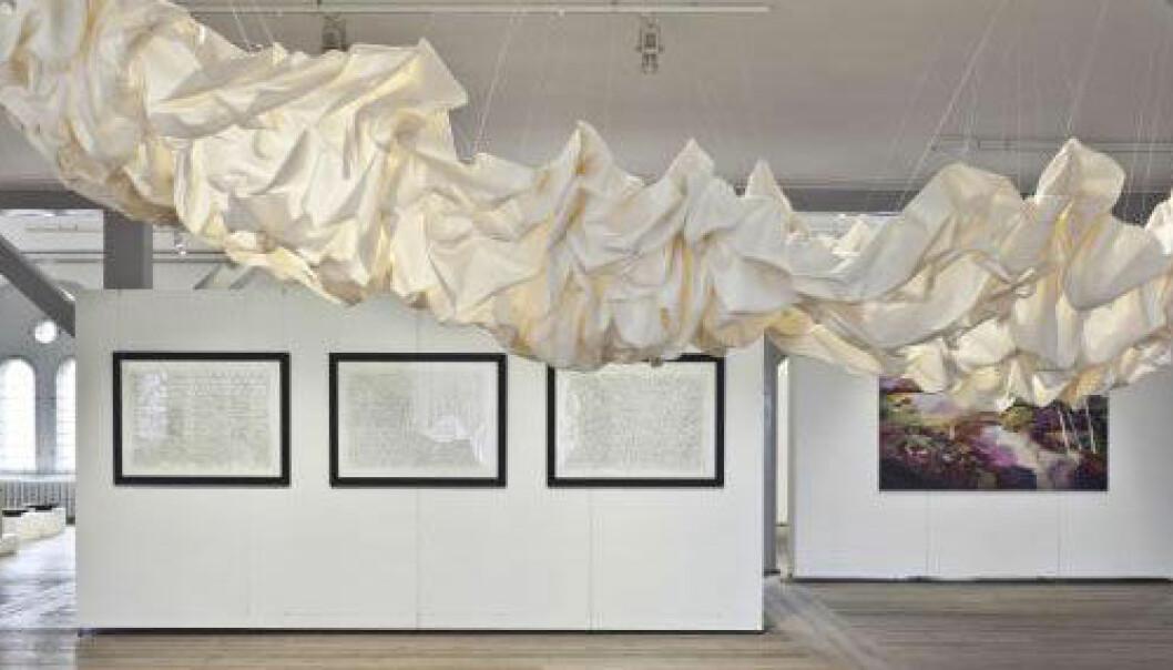 Denne «stoffskyen», med navnet Nimbo, er blant Cecilie Bendixens forslag til bruk av tekstiler til å redusere støy uten å ødelegge en moderne stil. Foldene fanger inn lyder, slik at de ikke blir kastet rundt i rommet. Ole Akhøj