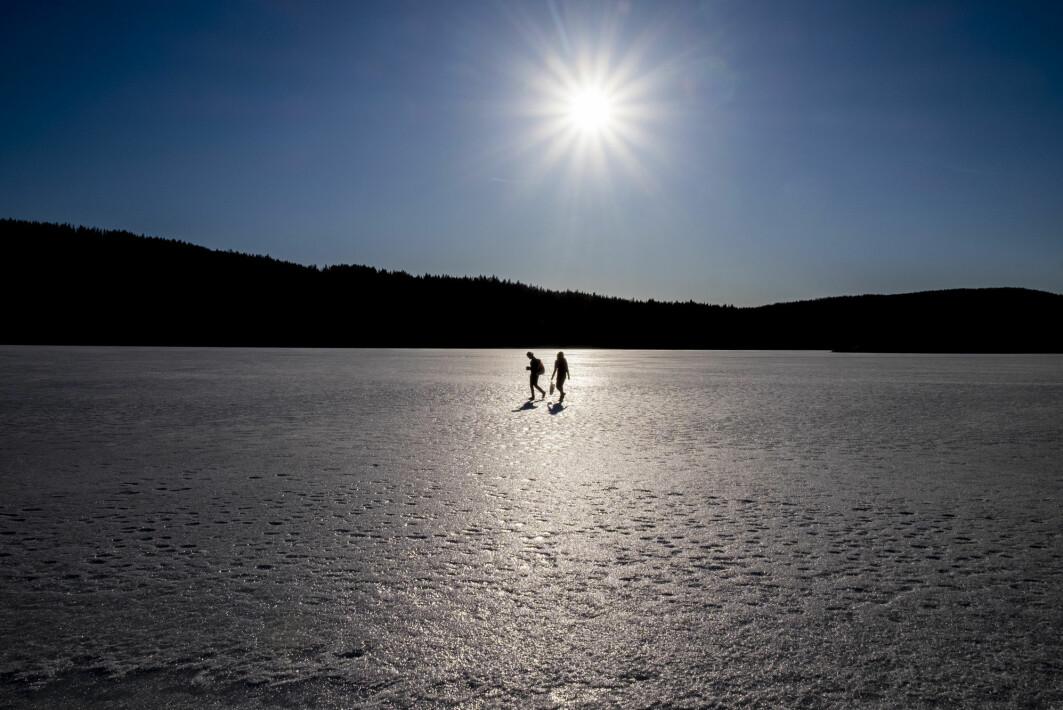 Det vil bli mindre trygt å bevege seg på isen framover, også i Norge. Bildet er fra Øyungen i Nordmarka en ettermiddag i mars 2020.