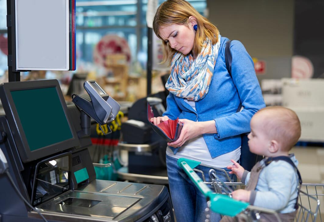 Hva bidrar selvbetjeningskassene til? Gir de mindre kø, bedre valgmulighet for kunden og mer tid for butikkmedarbeiderne til å gjøre andre ting? Amerikanske forskere er skeptiske.