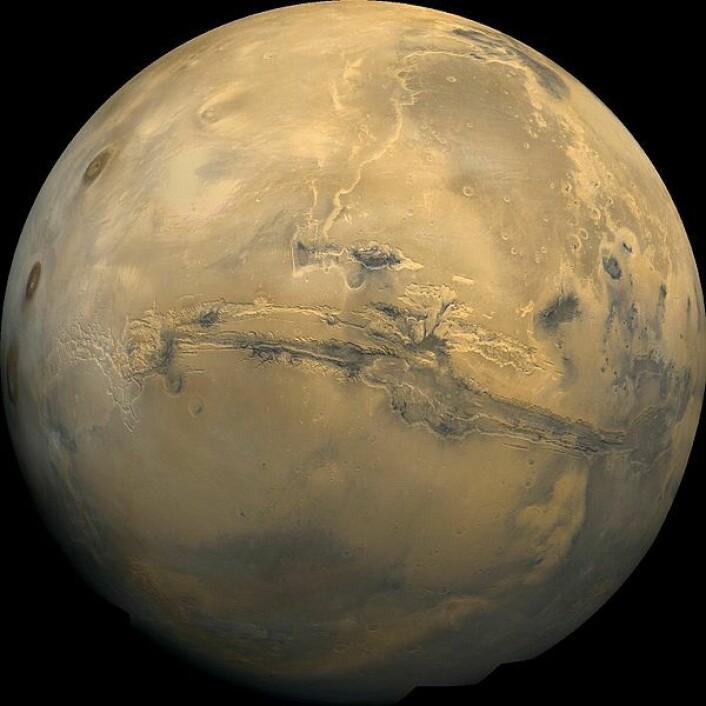 Omtrent slik vil Mars kunne se ut for en tilseilende jorddelegasjon, 2500 kilometer fra å lande på den røde planeten. (Illustrasjon/bilde sammensatt av flere: NASA, Wikimedia Commons) (Foto: (Kilde: NASA, Wikimedia Commons))