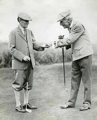 John D. Rockefeller, right, gives businessman Harvey Firestone 10 cents as a reward for a good golf shot. The photo was taken in 1930. Photo: Shutterstock, NTB