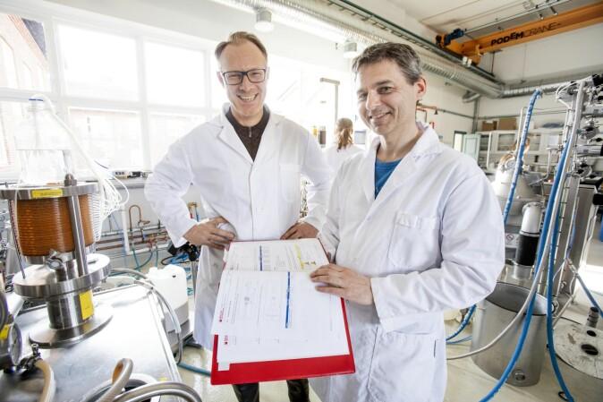 Bjørge Westereng og kollega Svein Jarle Horn i bioraffineriet.