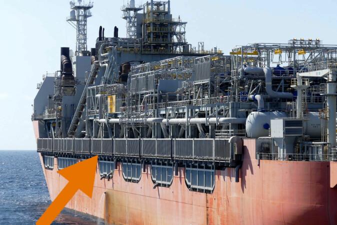Krykkjer hekker langs siden av en flytende oljeinstallasjon.