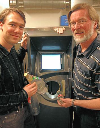 """""""Nesten altetende. Ved hjelp av to metalldetektorer, et CCD-kamera, en plastdetektor og en vekt klarer automaten å skille glass fra metall og mange forskjellige plastsorter, forklarer Anders Eikenes (t.v.) og Andreas Nordbryhn fra Tomra. (Foto: Are Wormnes)"""" (Foto: Are Wormnes)"""