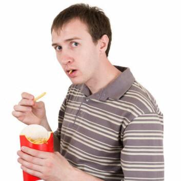 Når du spiser fet mat, får du lyst til på mer. Hjernens belønningssenter forteller deg at fet mat er bra, selv om fornuften sier noe annet. Signalet som aktiverer hjernens belønningssenter, stammer fra tarmene dine. (Foto: Colourbox)