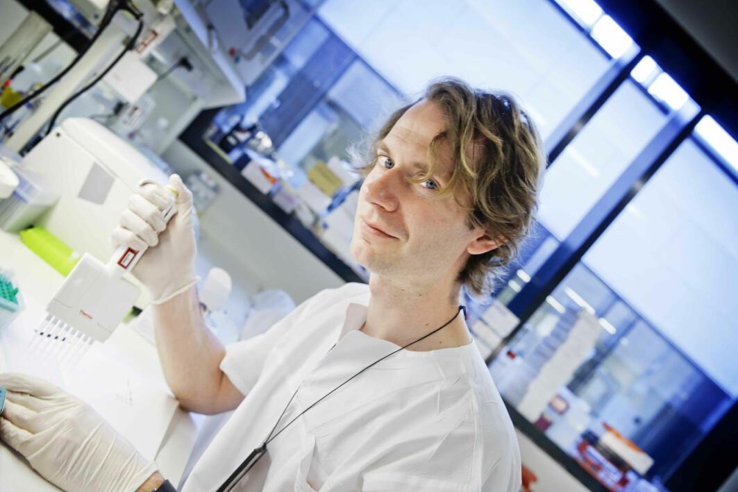 Lasse Pihlstrøm studerer 500 hjerneprøver som han har fått tilsendt fra en hjernebank i Amsterdam.