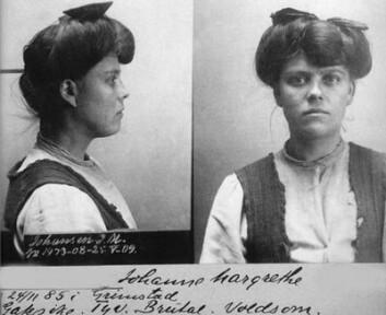 Fangeportrett fra tidlig 1900-tall. Den avbildede kvinnen, Johanne Margrethe, har fått beskrivelsen «gatepike, tyv, brutal, voldsom». Kvinner i kriminalitet var den største gruppen kvinner i norsk media i 1913. (Foto: Norsk rettsmuseum)