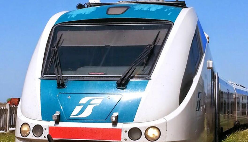 På taket av lokomotivet skimtes satellittmottakingsantennen som registrerer når toget passerer et rapporteringspunkt langs linja. ESA